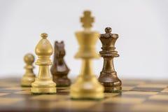 Juego del ajedrez en el fondo blanco Foto de archivo
