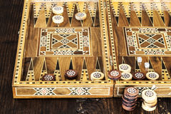 Juego del backgammon con dos dados Imagen de archivo