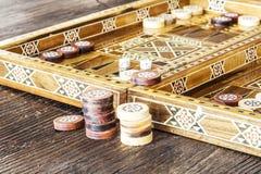 Juego del backgammon con dos dados Imágenes de archivo libres de regalías