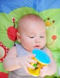 Juego del bebé con el juguete brillante Imagenes de archivo