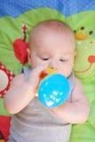 Juego del bebé con el juguete brillante Foto de archivo
