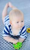 Juego del bebé con el juguete brillante Imagen de archivo libre de regalías
