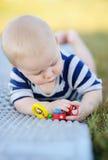 Juego del bebé con el juguete brillante Imágenes de archivo libres de regalías