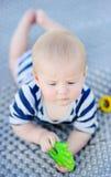 Juego del bebé con el juguete brillante Foto de archivo libre de regalías