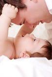 Juego del bebé con el padre imagen de archivo libre de regalías