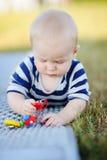 Juego del bebé con los juguetes brillantes Fotos de archivo