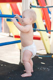 Juego del bebé de Littele en patio Imagen de archivo