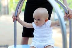 Juego del bebé en el patio al aire libre imagen de archivo libre de regalías