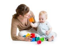 Juego del bebé y de la madre con los juguetes Foto de archivo libre de regalías