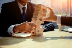 Juego del desafío de la torre del peligro del fall de los hombres de negocios Fotografía de archivo libre de regalías