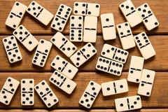 Juego del dominó en fondo de madera Visión superior imagen de archivo libre de regalías