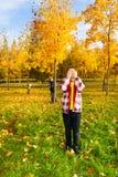 Juego del escondite en el parque del otoño Foto de archivo libre de regalías