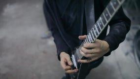 Juego del guitarrista a solas en ensayo almacen de video