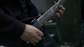 Juego del guitarrista a solas en ensayo almacen de metraje de vídeo