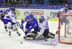 juego del Hielo-hockey entre Ucrania y Rumania Fotografía de archivo libre de regalías