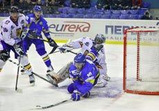 juego del Hielo-hockey entre Ucrania y Rumania Foto de archivo