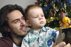 Juego del hijo y del padre con los juguetes Imágenes de archivo libres de regalías