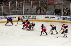 Juego del hockey sobre hielo de los isleños de los guardabosques x Imagenes de archivo