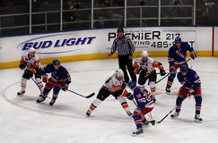 Juego del hockey sobre hielo de los isleños de los guardabosques x Fotografía de archivo