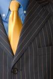 Juego del hombre de negocios con el lazo amarillo imagen de archivo libre de regalías