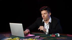 Juego del hombre en casinos en línea y lossing Cierre para arriba metrajes