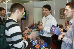 Juego del hombre un cubo de Rubik Imagen de archivo libre de regalías