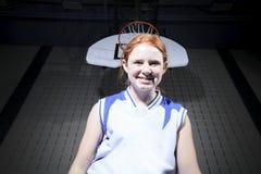 Juego del jugador de básquet del adolescente su deporte preferido Fotografía de archivo