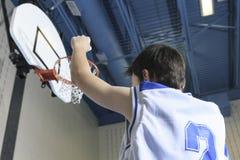 Juego del jugador de básquet del adolescente su deporte preferido Foto de archivo