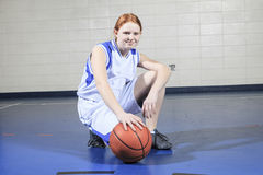 Juego del jugador de básquet del adolescente su deporte preferido Imágenes de archivo libres de regalías