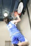 Juego del jugador de básquet del adolescente su deporte preferido Imagen de archivo libre de regalías