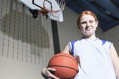 Juego del jugador de básquet del adolescente su deporte preferido Imagenes de archivo