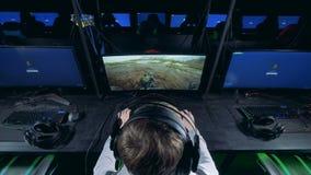 Juego del jugador en un ordenador El videojugador profesional juega a los juegos de ordenador almacen de video