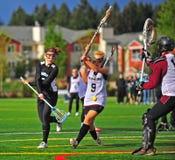 Juego del lacrosse del equipo universitario de las muchachas Imagen de archivo libre de regalías