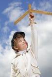 Juego del muchacho con el aeroplano Foto de archivo libre de regalías