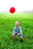 Juego del muchacho con la bola Imagen de archivo libre de regalías