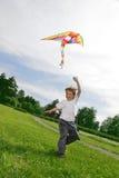 Juego del muchacho con la cometa Imágenes de archivo libres de regalías