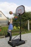 Juego del muchacho del baloncesto Imagen de archivo libre de regalías