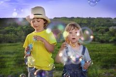 Juego del muchacho en burbujas Imagenes de archivo