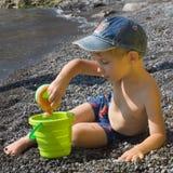 Juego del muchacho en la playa Foto de archivo libre de regalías