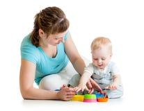 Juego del muchacho y de la madre del niño con los juguetes Fotografía de archivo libre de regalías