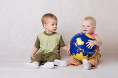 Juego del muchacho y de la muchacha con la bola Fotografía de archivo