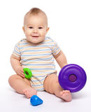 Juego del niño pequeño con los juguetes Foto de archivo
