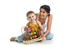 Juego del niño y de la madre con el juguete educativo Imagen de archivo libre de regalías