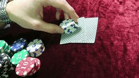 Juego del póker contar de nuevo los microprocesadores en su mano mienta alrededor de los microprocesadores el juego está en una t almacen de video