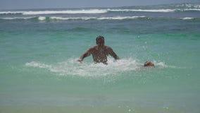 Juego del padre y de la hija en el mar metrajes