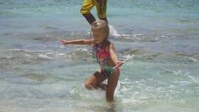 Juego del padre y de la hija en el mar almacen de metraje de vídeo