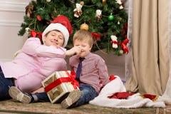 Juego del padre y del hijo cerca del árbol Fotos de archivo libres de regalías