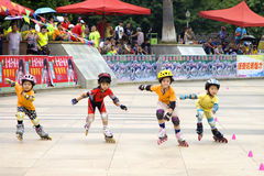 Juego del patinaje de rodillo de los niños Fotografía de archivo