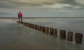Juego del ` s del niño cerca de la costa Fotografía de archivo