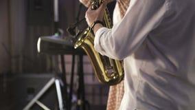 Juego del saxofonista en el saxof?n de oro Jazz Music almacen de metraje de vídeo